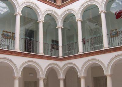 El patio principal del edificio, donde convive con la Fundación el Museo Garnelo
