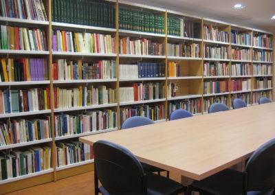 La Sala de Consulta General es de acceso directo al fondo bibliográfico